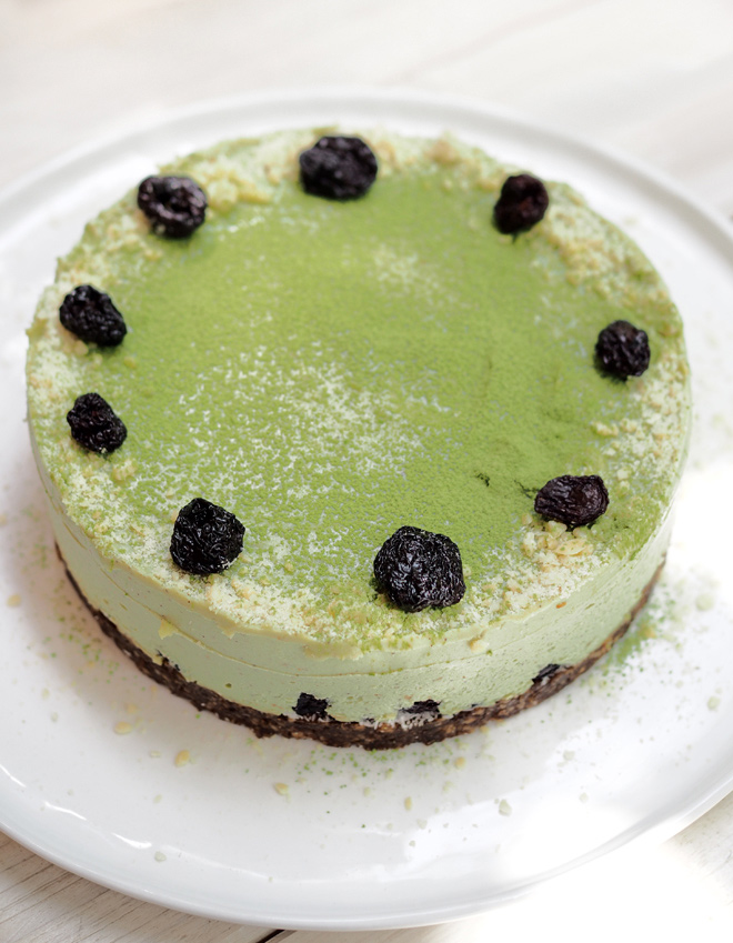 cake-with-avocado-and-barley-grass-powder-02